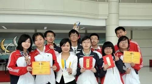 上海中学校服大比拼 你的学校上榜了吗